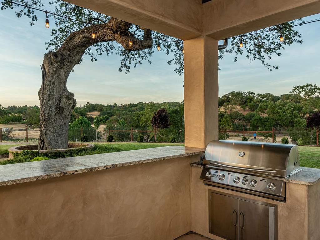 1480-Fire-Rock-Loop-Templeton-048-045-Outdoor-Kitchen-MLS_Size