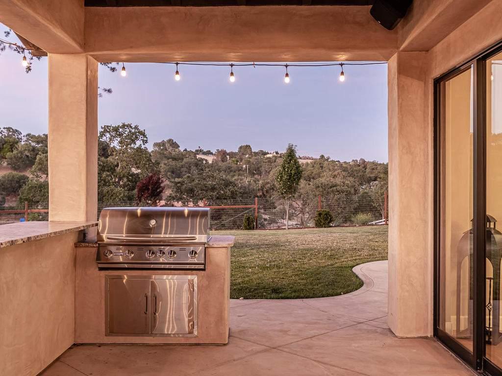 1480-Fire-Rock-Loop-Templeton-049-056-Outdoor-Kitchen-MLS_Size