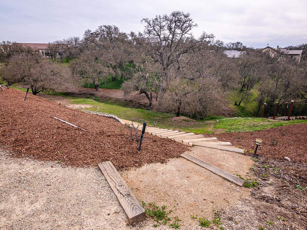 2018-Vista-Oaks-Way-Paso-036-036-Steps-to-the-Back-of-the-MLS_Size