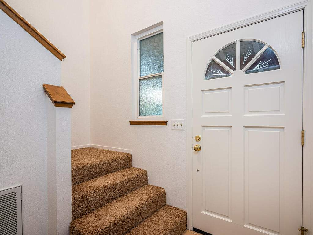 2311-Blue-Heron-Ln-Paso-Robles-017-014-Entry-Stairway-MLS_Size