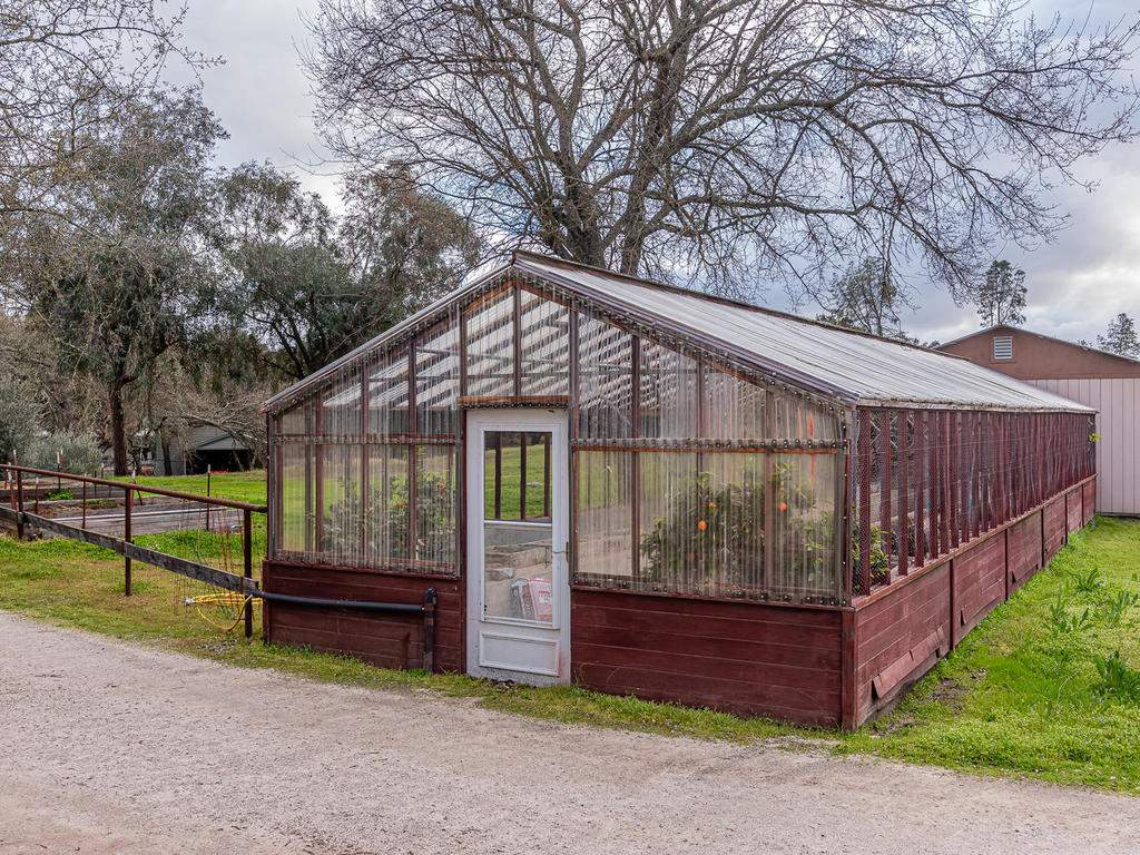 3928-Parkhill-Rd-Santa-055-038-Greenhouse-MLS_Size