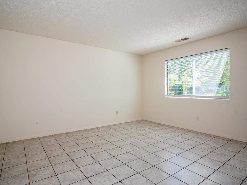 46-Lone-Oak-Way-Templeton-CA-004-024-Living-Room-MLS_Size