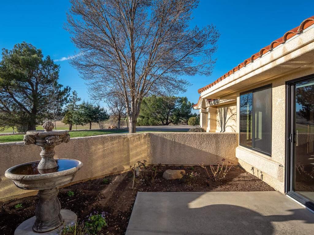 6404-ODonovan-Rd-Creston-CA-038-040-Courtyard-MLS_Size