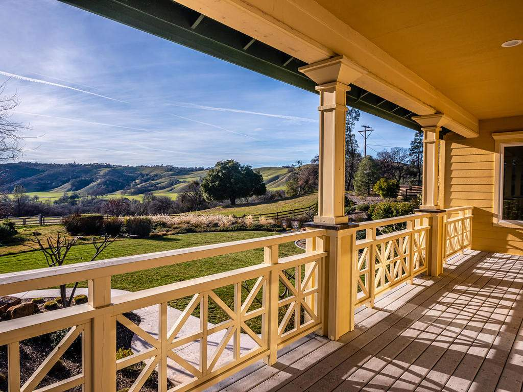 69300-Vineyard-Canyon-Rd-San-037-035-Covcered-Porch-MLS_Size